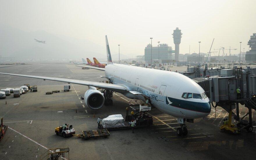 """Honkongo oro linijos """"Cathay Pacific"""" atleidžia tūkstančius darbuotojų"""