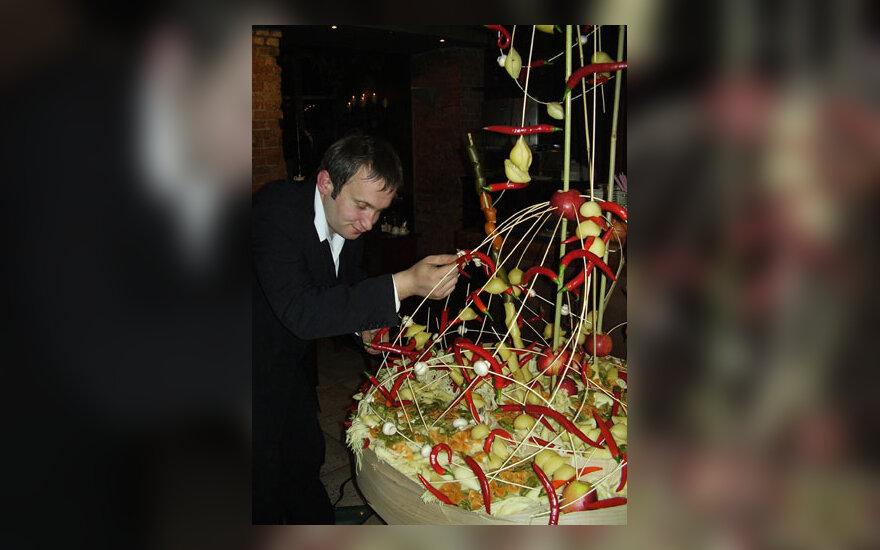 Floristas Modestas Vasiliauskas kuria staltiesę iš makaronų