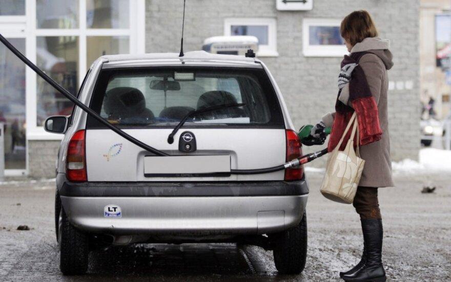 """Kiek degalų """"valgys"""" mūsų automobiliai sprendžia politikai"""