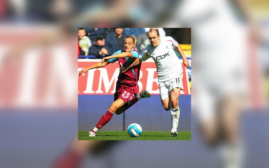 "Bobby Zamora (""West Ham United"", kairėje) kovoja su Gavin McCann (""Bolton Wanderers"")"