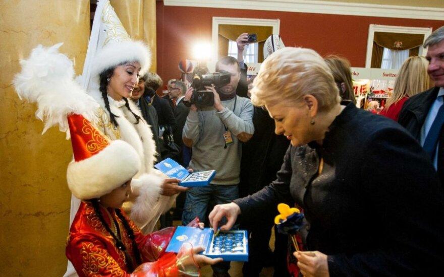 Iš Kalėdų labdaros mugės šalies vadovė išėjo pilnais krepšiais