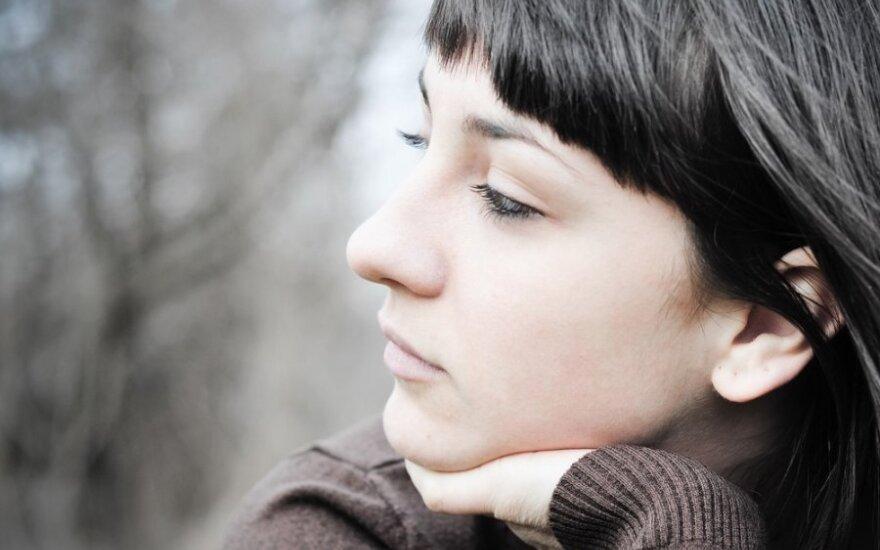 Išsėtine skleroze serganti jauna moteris - apie pirmuosius simptomus ir grėsmes