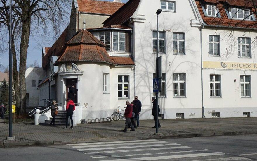 Prie pašto eilė lauke, Kredito unijoje tuščia