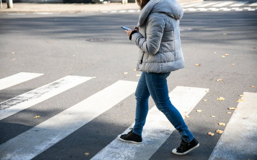 Crossing phone ban for pedestrians comes into force in Lithuania