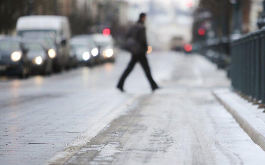 Centrinėje Lietuvos dalyje eismo sąlygas sunkina plikledis