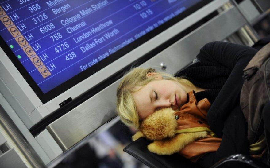 Sniegas sukaustė Frankfurto oro uostą: skrydžiai į Vilnių ir dar apie 150 reisų atšaukta