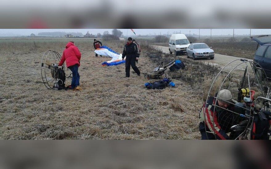 Policijai į pagalbą atskrido parasparnių pilotai