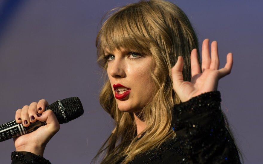 Trumpas sukritikavo popmuzikos žvaigždės Taylor Swift raginimą palaikyti demokratus