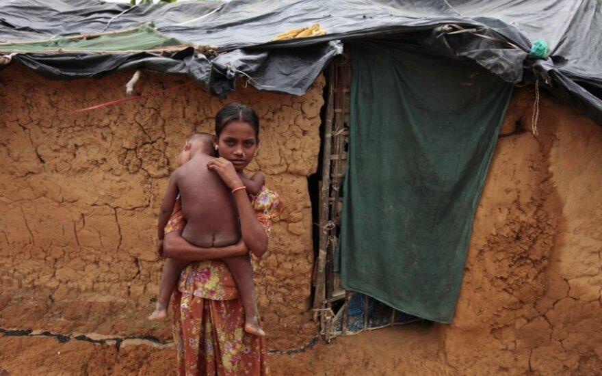 Musulmonė mergaitė su broliu Mianmare