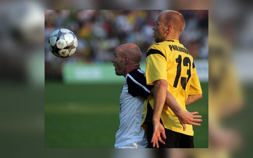 """G.Paulauskas (dešinėje) kovoja su """"Fulham"""" žaidėju"""