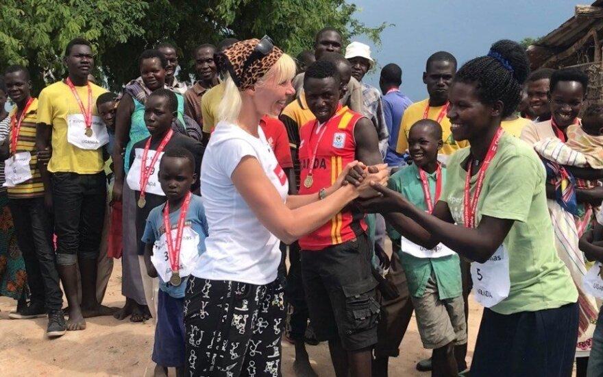 Dženė Jucevičiūtė apdovanoja Ugandos bėgikus Kauno maratono medaliais