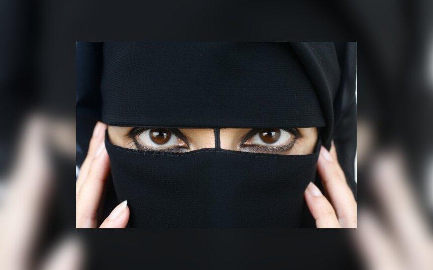 Daugiau kaip pusė didžiausių ES šalių - prieš islamiškus galvos apdangalus, bet už kryžių mokyklose