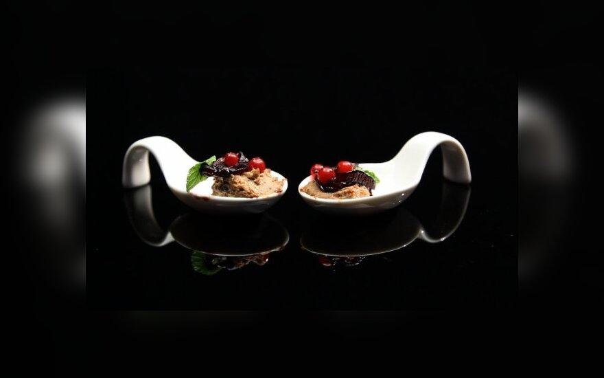 Vištienos kepenėlių paštetas su vyne ir meduje karamelizuotais svogūnais