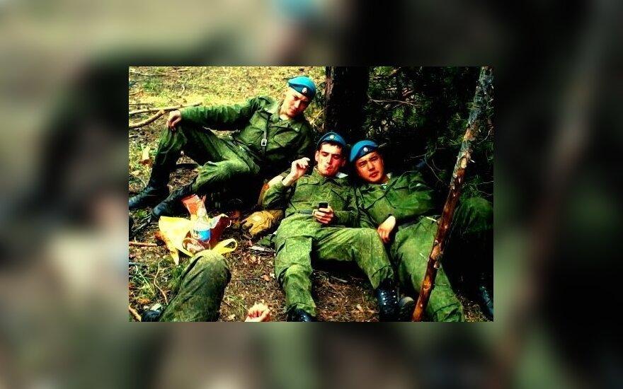 Neįtikėtinas žiaurumas: Rusijos karys fotografuojasi prie ukrainiečių lavonų