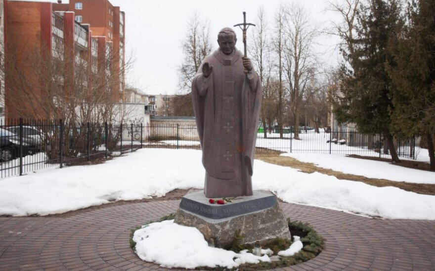 Paminklas Jonui Pauliui II Šiauliuose