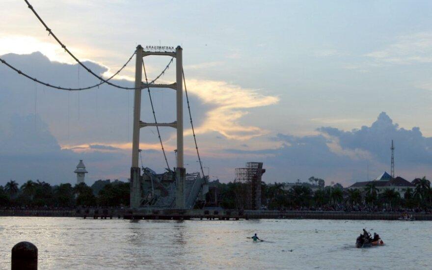 Indonezijoje sugriuvo 700 metrų tiltas