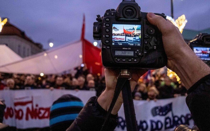 """Varšuvoje surengtos """"Tūkstančio mantijų eitynės"""" prieš Lenkijos teisėsaugos reformą"""