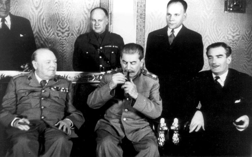 V. Čerčilio ir J. Stalino susitikimas Kremliuje, Maskvoje, 1944 m. spalio 9–20 dienomis. Iš kairės: V. Čerčilis, J. Stalinas ir Didžiosios Britanijos užsienio reikalų sekretorius E. Idenas. JAV ambasadorius A. Harimanas stebi lyderius. Per susitikimą suplanuotas Pietryčių Europos pasidalijimas įtakos zonomis.