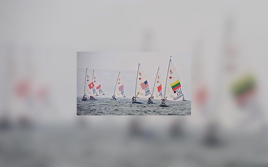 Jachtos, pirma iš dešinės plaukia Gintarė Volungevičiūtė