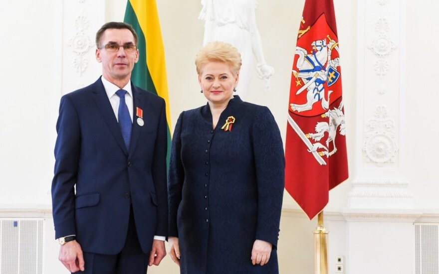 Po skandalingų audito išvadų D. Grybauskaitė naikina valstybinį apdovanojimą V. Moliui