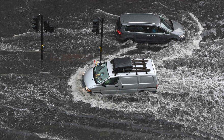 Londone – staigūs potvyniai: žalos pridaryta vos per kelias valandas