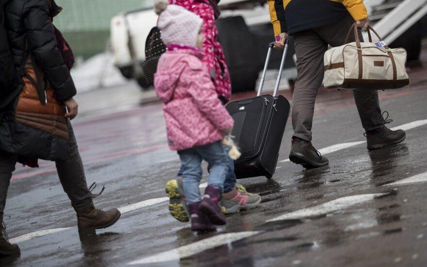 """""""Ryanair"""" ir """"Wizz Air"""" skirtos milijoninės baudos dėl naujų rankinio bagažo taisyklių"""