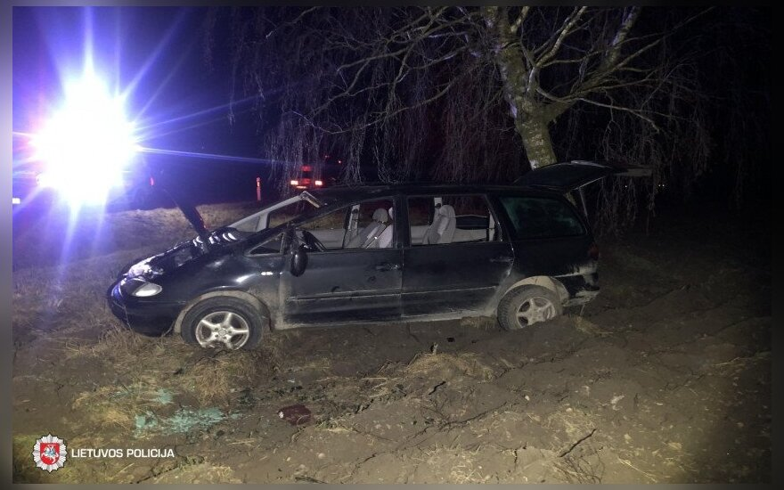 Girti vaikai naktį važinėjosi automobiliu, kol nulėkė nuo kelio