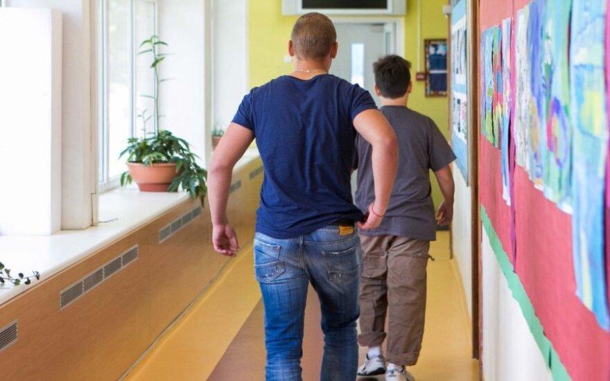 Nustebsite: kokią įtaką vaiko rezultatams turi tėvų darbovietė ir net indaplovė
