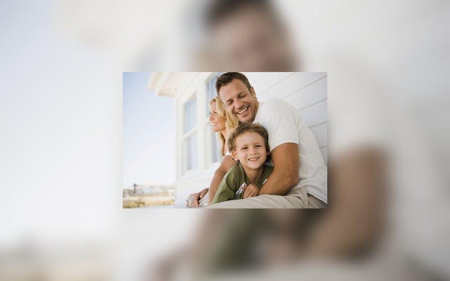 Siūloma tėvams leisti naujagimiais rūpintis ilgiau