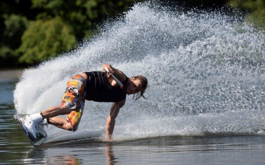 Vyrukas čiuožia vandenlente (asociatyvi nuotr.)