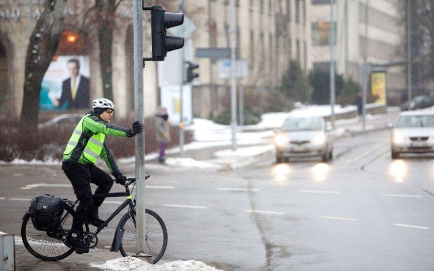 Papasakojo apie taisyklę, kurios nežinantys vairuotojai užsipuola dviratininkus