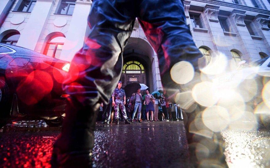 """Maskvoje šimtai žmonių išėjo į gatves: valdžia """"purvinomis rankomis siekia net vaikų"""""""