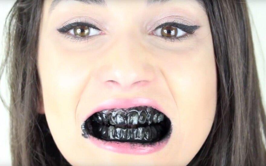 Dantų balinimas anglimi