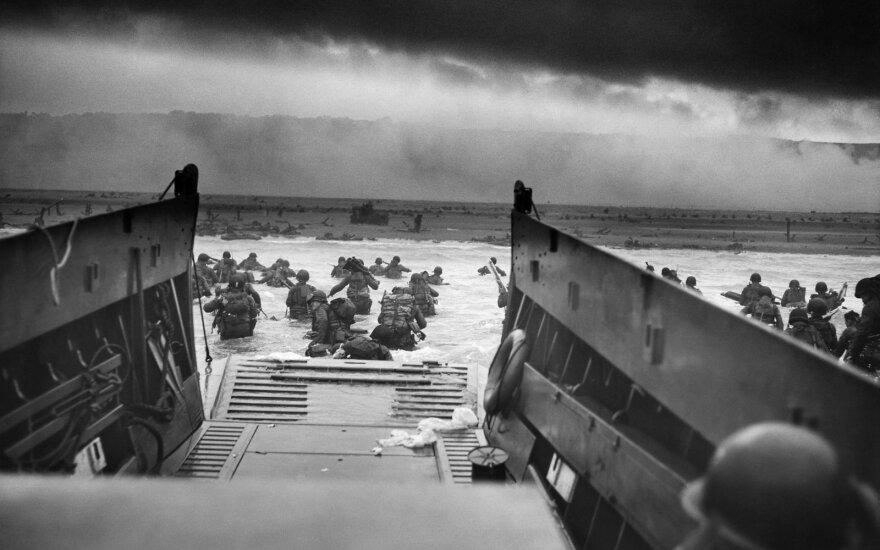 """Garsioji išsilaipinimo Normandijoje Robert F. Sargent nuotrauka pavadinta """"Į mirties nasrus"""""""