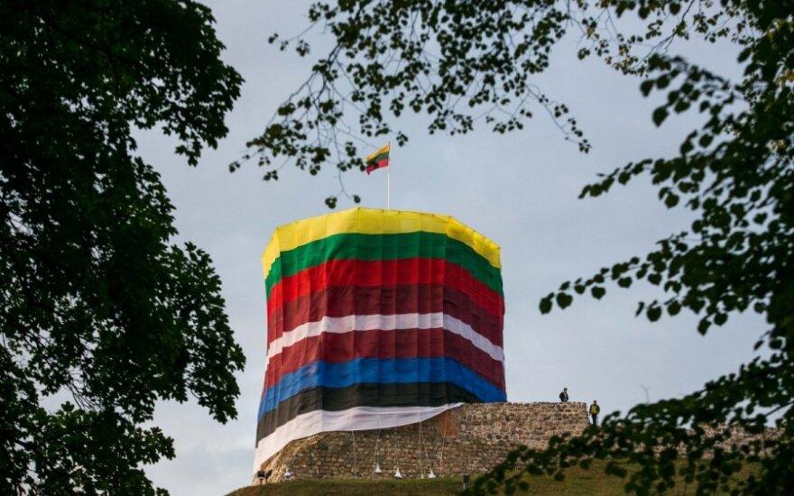 Ypatingai dienai – kilometro ilgio Lietuvos trispalvė ir vėliavomis apjuostas bokštas