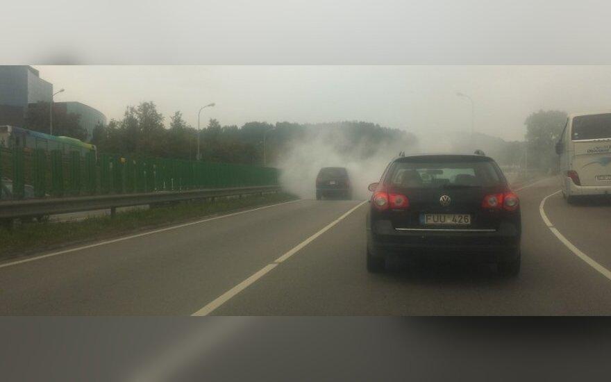 Judrioje sostinės gatvėje užsiliepsnojo automobilis