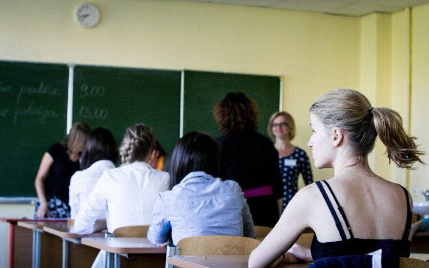 """Pasipiktinimas: mokiniai perka užduotis iš """"spaudžiamų vargo"""" mokytojų"""