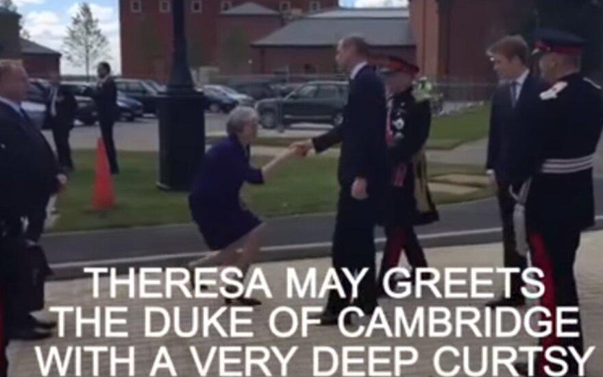 Theresa May tapo internautų pašaipų objektu: ar tik nepersistengė?