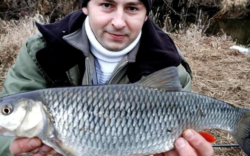 Edvardas Geigalas su upėje sugautu šapalu