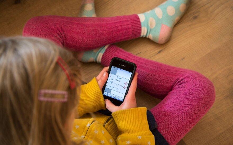 Perspėjo, kokie nemalonumai laukia į telefonus įsikniaubusių vaikų