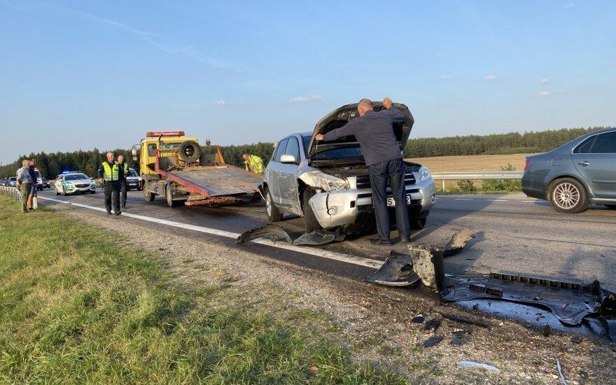 Masinė avarija Trakų rajone: susidūrė trys automobiliai ir traktorius, sužaloti trys vaikai