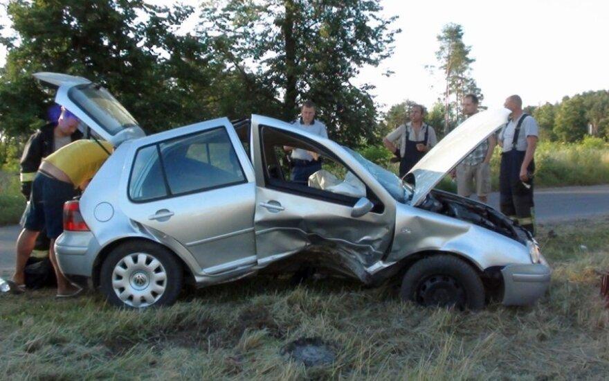 """Kaune """"VW Golf"""" važiavusi kompanija rėžėsi į kelmą"""