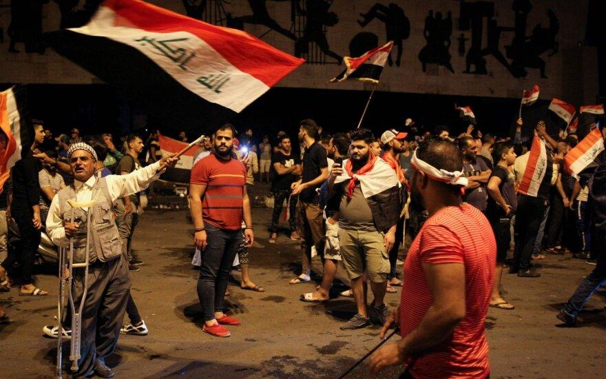 Bagdade atsinaujinusių protestų dalyviai vaikyti vandens patrankomis