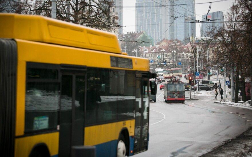 Moksleivis piktinasi viešuoju transportu: kodėl tokia betvarkė?