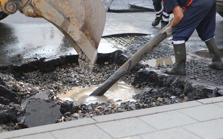 Dėl vandentiekio avarijos draudžiamas eismas dalyje Utenos gatvės Vilniuje