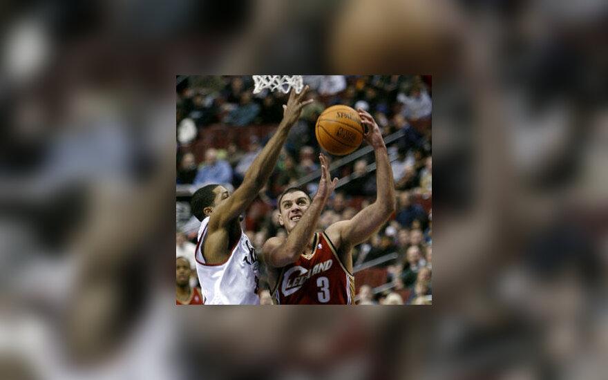 """Aleksandras Pavlovičius (""""Cavaliers"""") veržiasi pro Rodney Carney (""""76-ers"""")"""