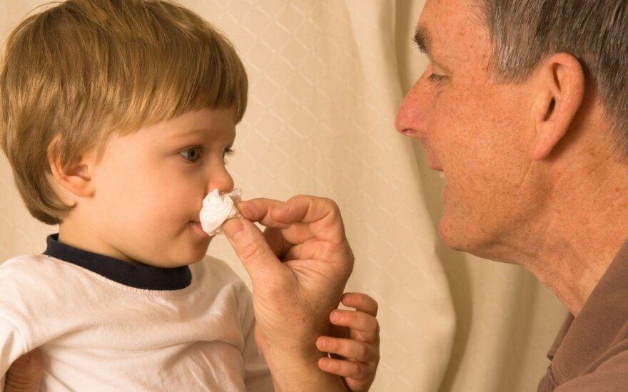 Kilęs tėvų pasipiktinimas nesuprantamas: įsidėmėkite – sloga nėra liga