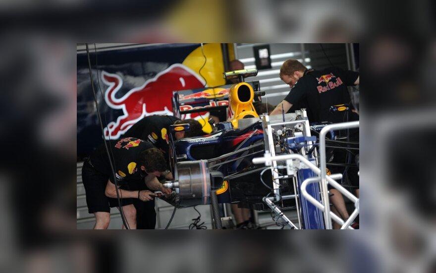 """""""Red Bull"""" mechanikai ruošia bolidą"""