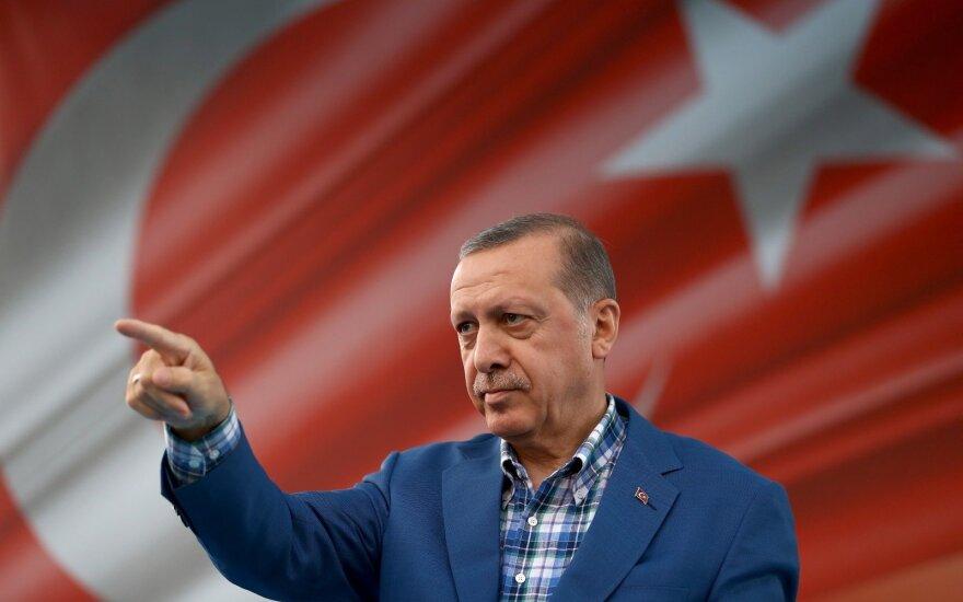 Po dvejus metus trukusių valymų Turkija atšaukia nepaprastąją padėtį