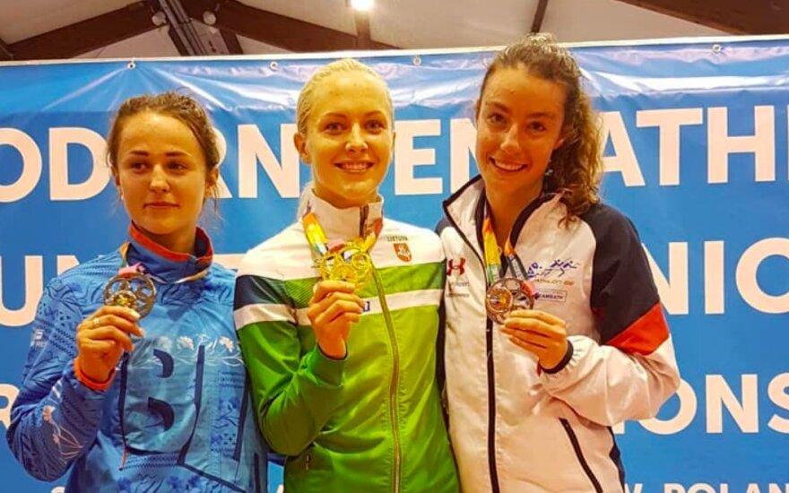 Ieva Serapinaitė (viduryje)